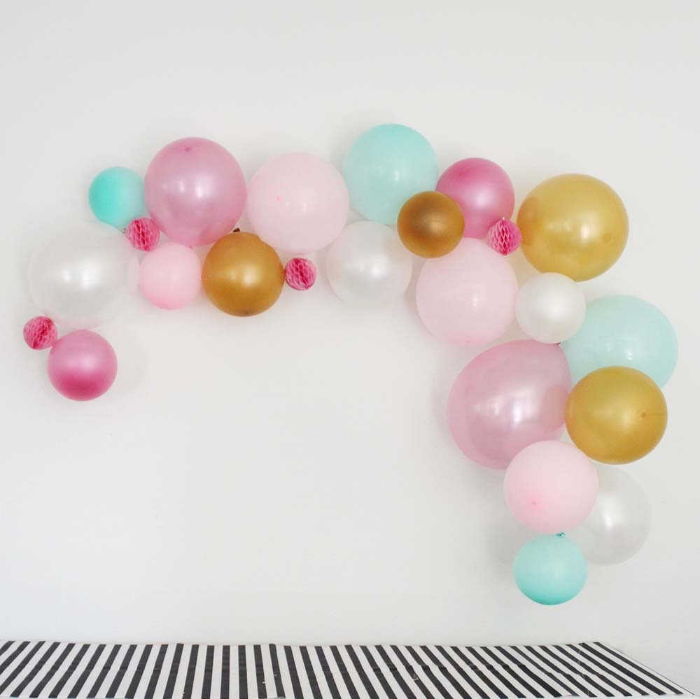 DIY Balloon Garland. So easy! #balloon #partydecor #partyinspo
