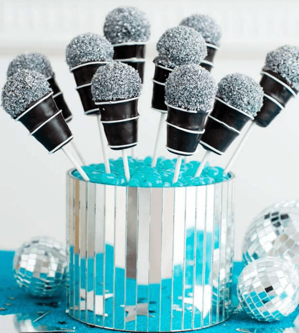 Who wouldn't want to come to this rock and roll themed birthday party? Love these microphone cake-pops!